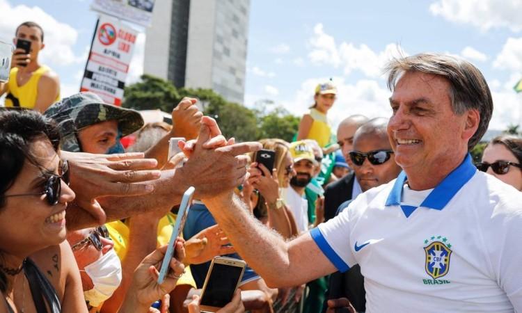 jair-bolsonaro-aperta-mao-apoiadores-brasilia